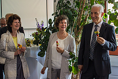 The Minister of State Dr Eva-Maria Stange, the President of Leipzig University Prof Beate Schücking, and the Minister-President enjoy a 'biodiversity snack' (photo: Stefan Bernhardt).