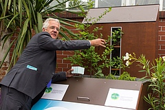 "Prof Helge Bruelheide places the earthworms in the science box about the ""Architects of the Soil"". The consequences of the excavation activities of lumbricus terrestris will be visible to visitors in the following weeks (Photo: Stefan Bernhardt, iDiv)"