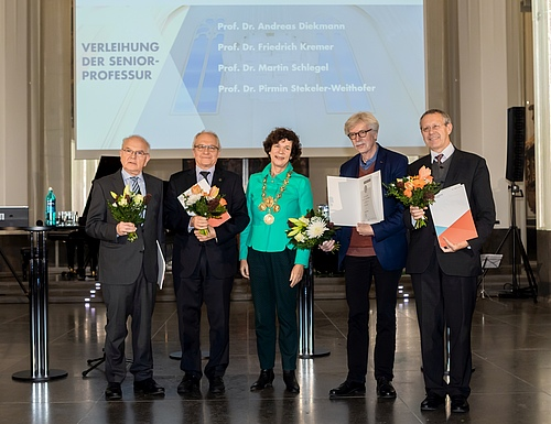 iDiv member Prof Martin Schlegel is one of four new senior professors at Leipzig University who were handed over their certificate by rector Prof Beate Schücking on 3 December (f.l. Prof Dr Friedrich Kremer, Prof Dr Martin Schlegel, Prof Dr Beate Schücking, Prof Dr Andreas Diekmann, Prof Dr Pirmin Stekeler-Weithofer; picture: Leipzig University/Swen Reichhold).