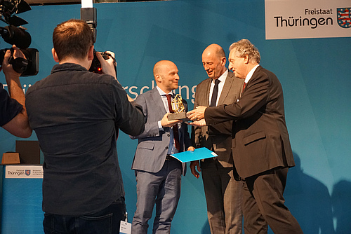 Prof Ulrich Brose receives the award for outstanding achievements in research (photo: Myriam Hirt / iDiv).